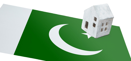 realestate: Small house on a flag - Living or migrating to Pakistan