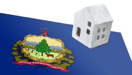 investment real state: Small house on a flag - Living or migrating to Vermont Foto de archivo