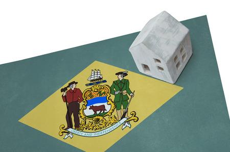 investment real state: Pequeña casa en una bandera - Vivir o migrar a Delaware Foto de archivo