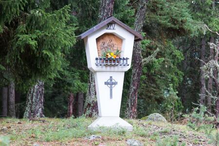 Ancien Sanctuaire Christian Wayside typique d'une route de campagne - Autriche Banque d'images