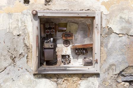 Zeer oude fusebox in een verlaten huis Stockfoto