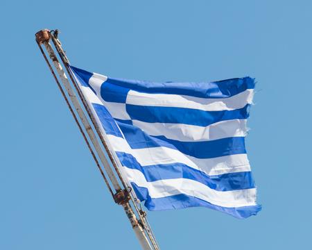 Drapeau grec agitant sous un ciel clair - Athènes