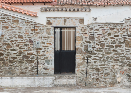 Wall with door in a small village - Greek house Banque d'images