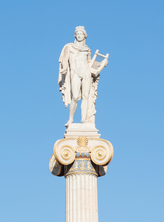 Old Greek statue with a bright blue background Banque d'images