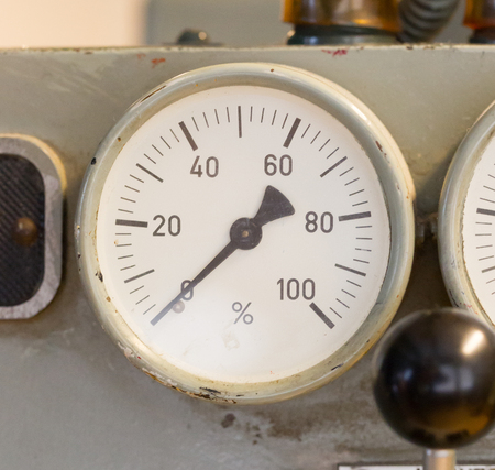 Old gauge showing a percentage - Zero at this moment Banque d'images