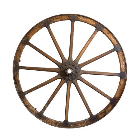 Oud houten wiel dat op een witte achtergrond wordt geïsoleerd
