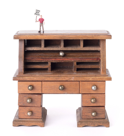 Small vintage wooden desk, small man with sigh - Clean desk policy Banque d'images