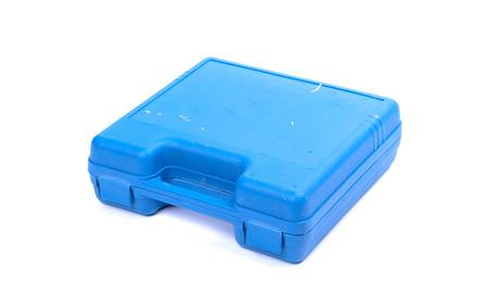 Vecchia cassetta degli attrezzi blu sporca, isolata su bianco