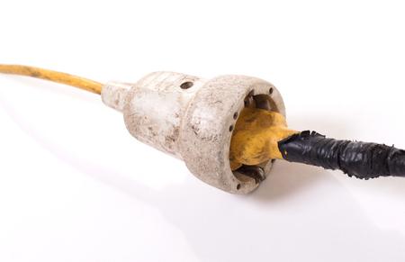 Verlängerungskabel, alt und wahrscheinlich nicht mehr sicher - Isoliert auf weiß