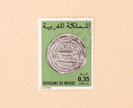 MAROC - VERS 1980 : un timbre imprimé au Maroc montre une vieille pièce, vers 1980