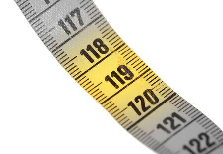 Primer plano de una cinta métrica amarilla aislada en blanco - 119 - Enfoque selectivo