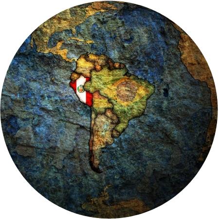 mapa del peru: Mapa de la bandera de Per� en blanco aislado sobre el mapa de mundo Foto de archivo