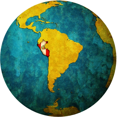 mapa peru: Mapa de la bandera de Per� en blanco aislado sobre el mapa de mundo Foto de archivo