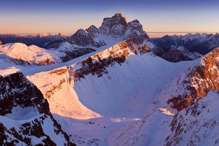 Fantastica alba nelle montagne delle Dolomiti, Alto Adige, Italia. Panorama alpino italiano in montagna Dolomiti all'alba con ripide pareti rocciose, Monte Pelmo in una luce drammatica. Natale