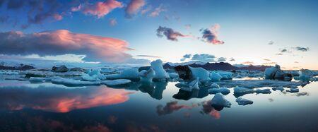 Sunrise in Jokulsarlon. icelandic ice lagoon of jokulsarlon in the morning in summer or winter. Blue icebergs floating in Jokulsarlon Glacier Lagoon, early winter in south Iceland Standard-Bild