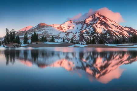Summer Sunrise South Sister Mountains in Central Oregon near Bend are reflected in Green Lakes. Oregon, USA Beautiful landscape background. Most popular place 스톡 콘텐츠 - 135254391