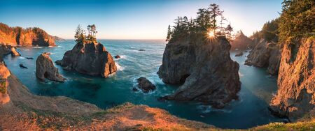 Tramonto a ponti naturali lungo Samuel H. Boardman membro Scenic in corridoio, Oregon. Bellissimo paesaggio marino con rocce. costa ovest Archivio Fotografico