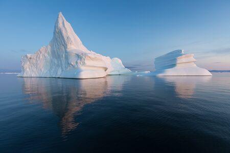 Grönland oder Antarktis. Reisen Sie mit dem Schiff zwischen Eis. Untersuchung des Phänomens der globalen Erwärmung Eis und Eisberge ungewöhnlicher Formen und Farben Standard-Bild