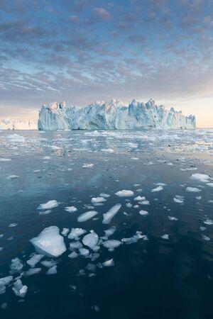 Groenlandia o la Antártida. Viaja en barco entre hielos. Estudio del fenómeno del calentamiento global Hielos e icebergs de formas y colores inusuales