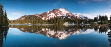 Summer Sunrise South Sister Mountains nell'Oregon centrale vicino a Bend si riflettono nei Green Lakes Oregon, USA Bellissimo sfondo del paesaggio
