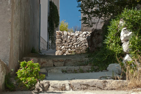 Далмация: Old croatian street in sunlight - Dalmatia