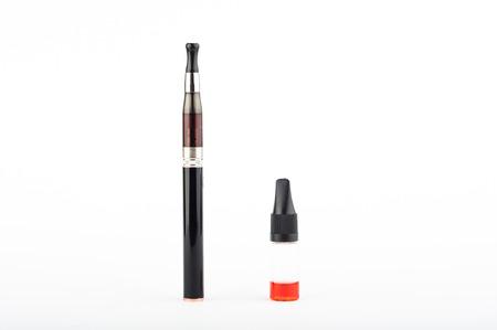 e cig: Foto del cigarrillo electr�nico y l�quido contra el fondo blanco