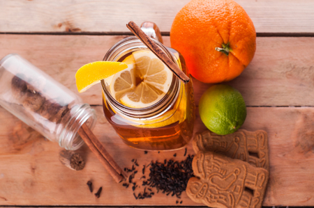 Foto van Hot gekruide thee in pot op houten tafel Stockfoto - 52262229