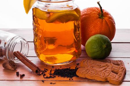 Foto van Hot gekruide thee in pot op houten tafel Stockfoto - 52262205