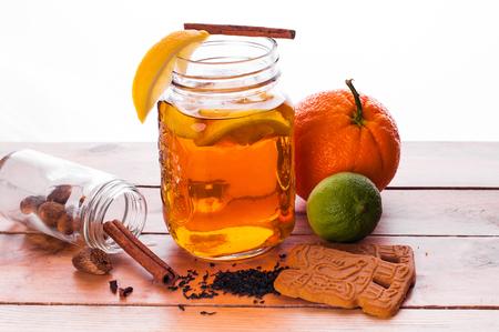 Foto van Hot gekruide thee in pot op houten tafel