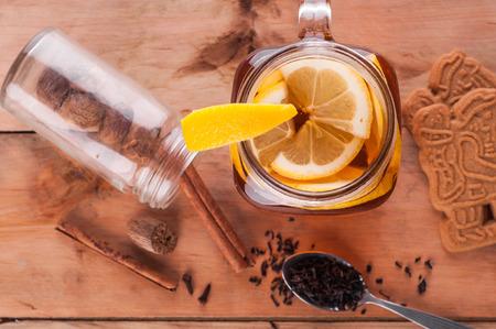 Foto van Hot gekruide thee in pot op houten tafel Stockfoto - 52262171