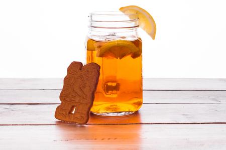 Foto van Hot gekruide thee in pot op houten tafel Stockfoto