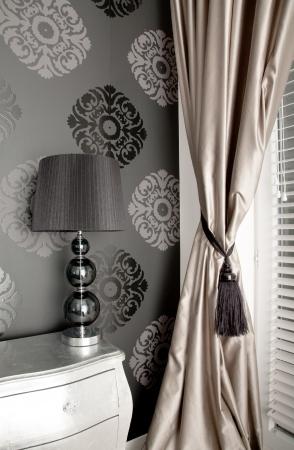 curtain design: Lussuosa camera da letto in stile antico muro sfondo con un ornamento