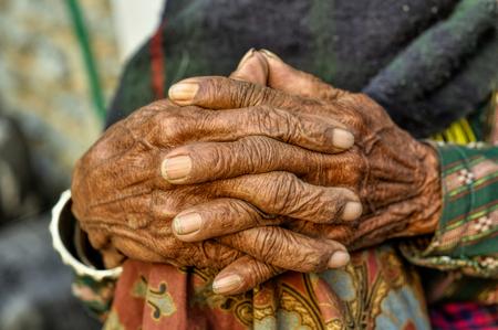 Wrinkled hands of an old woman in Nepal Standard-Bild