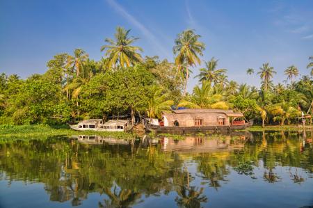 Pintoresco casa flotante tradicional para la región de Alleppey en la India Foto de archivo - 32970470