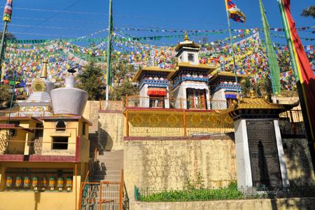 Banderas de oración budistas coloridos en la ciudad de Dharamsala, Himachal Pradesh, India Foto de archivo - 32970463