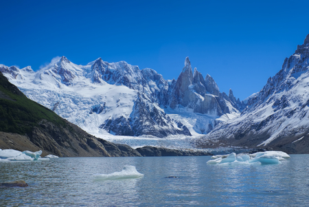 los glaciares: Panoramic view of a lake at the foot of snowy mountains in Los Glaciares National Park Stock Photo