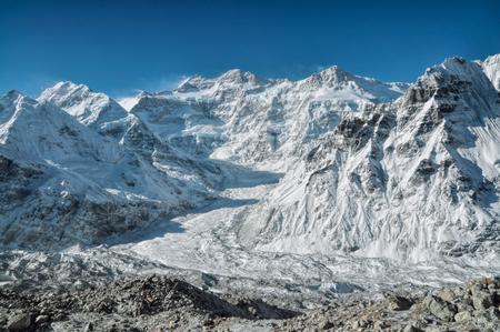 Una vista espectacular de las montañas cubiertas de nieve en Kangchenjunga Nepal Foto de archivo - 33278277