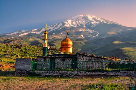 Mezquita pintoresco debajo volcán Damavand, el pico más alto en Irán Foto de archivo - 35170530