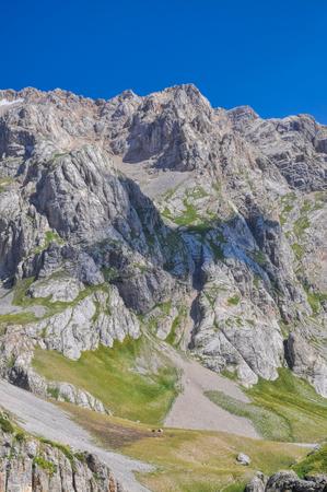 kyrgyzstan: Picos de las monta�as esc�nicas en Tien-Shan en Kirguizist�n