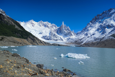los glaciares: Amazing view of snowy mountains sloping down into a lake in Los Glaciares National Park