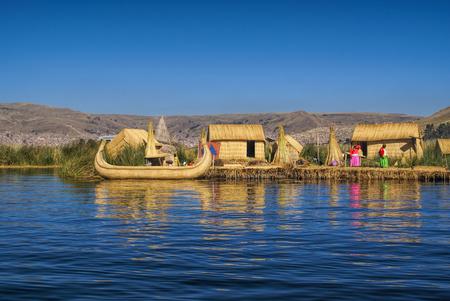 남아메리카의 페루, 호수 Titicaca에 떠있는 섬에있는 전통 마을