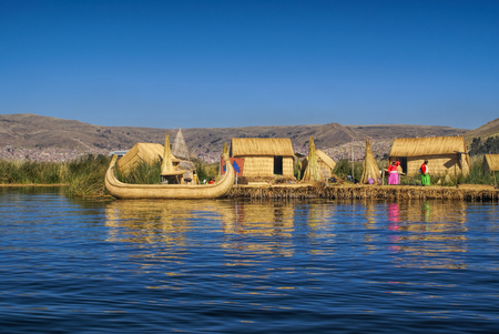 Traditioneel dorp op drijvende eilanden op het Titicacameer in Peru, Zuid-Amerika
