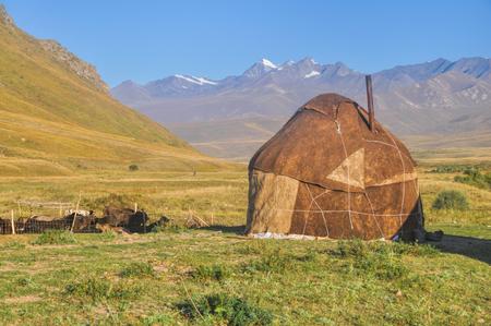 Yurta tradicional en praderas verdes en Kirguistán Foto de archivo - 35719699