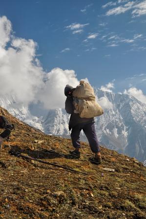 Sherpa en las pintorescas montañas del Himalaya en Nepal Foto de archivo - 35876790