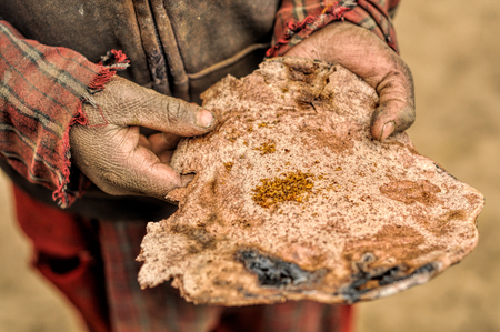 manos sucias: Pedazo de pan tradicional nepalesa fina en las manos sucias