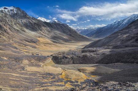 Escénico valle rocoso en las montañas Pamir en Tayikistán Foto de archivo - 35945539