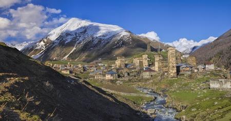 svaneti: Panorama esc�nico de Svaneti en Georgia con torres de piedra tradicionales, s�mbolo de la regi�n