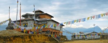 Monasterio de madera pintoresco en Arunachal Pradesh, India Foto de archivo - 36893981