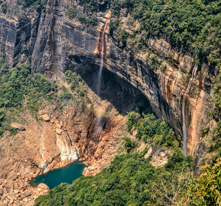 Cascadas Bautiful Nohkalikai en Cherrapunji, India Foto de archivo - 36894009