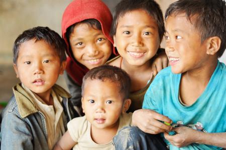 niños pobres: Nagaland, India - marzo de 2012: Grupo de niños felices en Nagaland, remota región de la India. Editorial Documental.